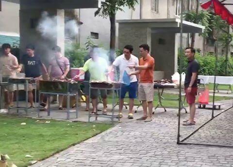 Cư dân đang sử dụng vườn nướng BBQ cạnh tòa nhà Park 6 (nguồn: Facebook)