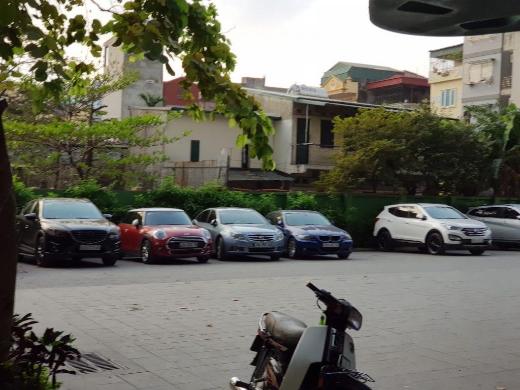 Nhiều xe của cư dân phải để ngoài trời